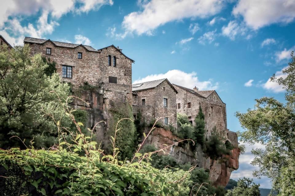 Le village de Cantobre perché sur le rebord de la falaise, à visiter absolument lors d'un weekend en Aveyron