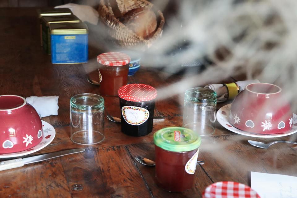 Petit déjeuner rustique au gîte du Moulin de Cantobre