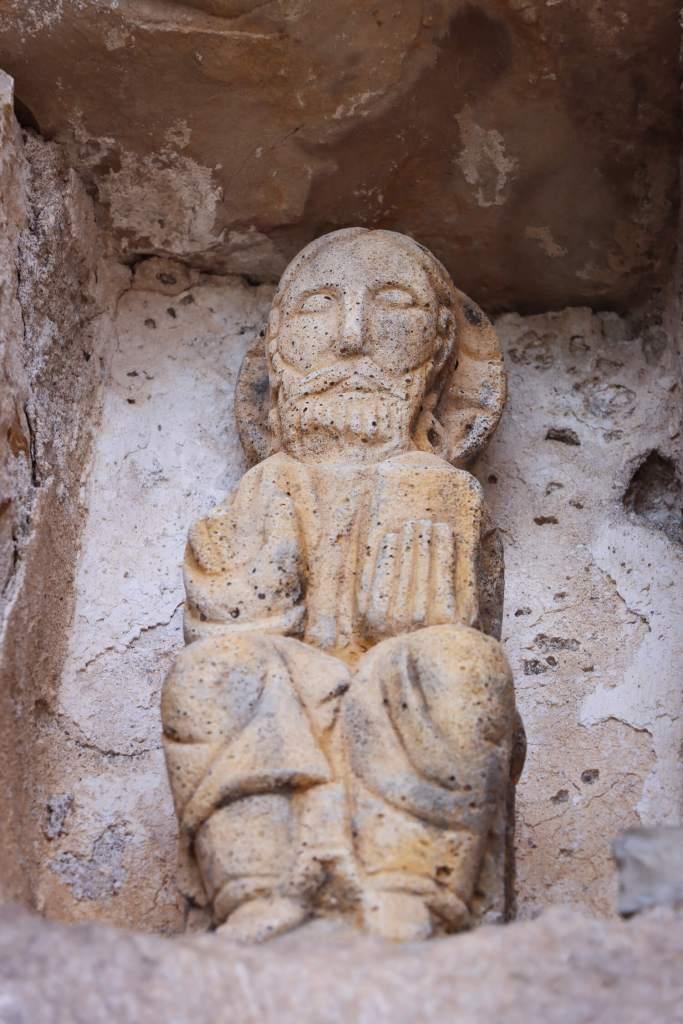 La statue de Saint Pierre au-dessus de la porte de l'église de Cantobre