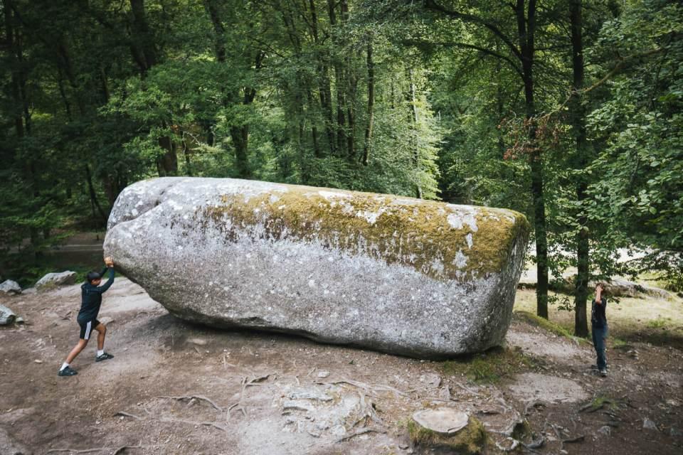 """Bloc rocheux de plusieurs tonnes appelé la """"Roche Tremblante"""""""