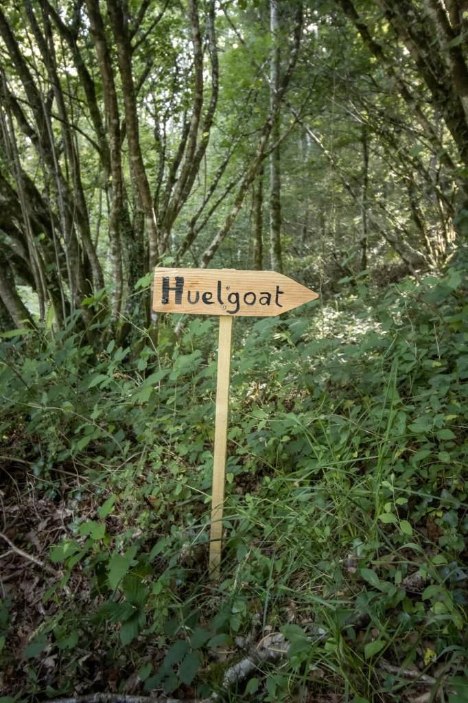 Panneau de signalisation en bois indiquant Huelgoat