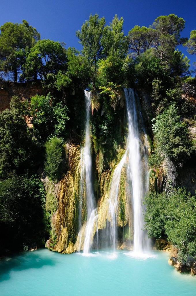 La cascade de Sillans et son extraordinnaire eau bleue, dans un vériable décor tropical