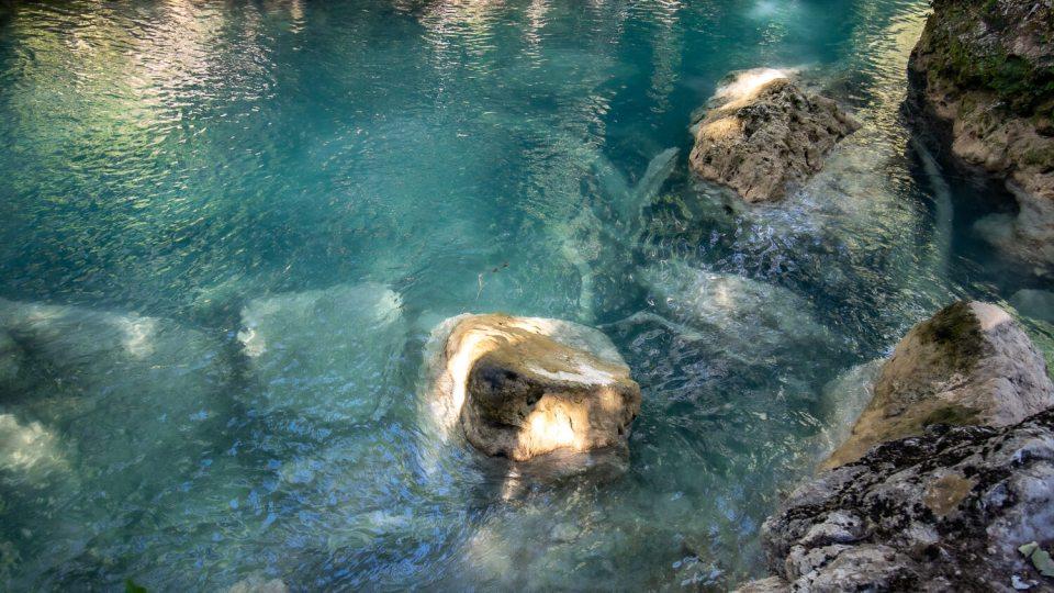 Eau bleu turquoise de la Bresque et rochers affleurants