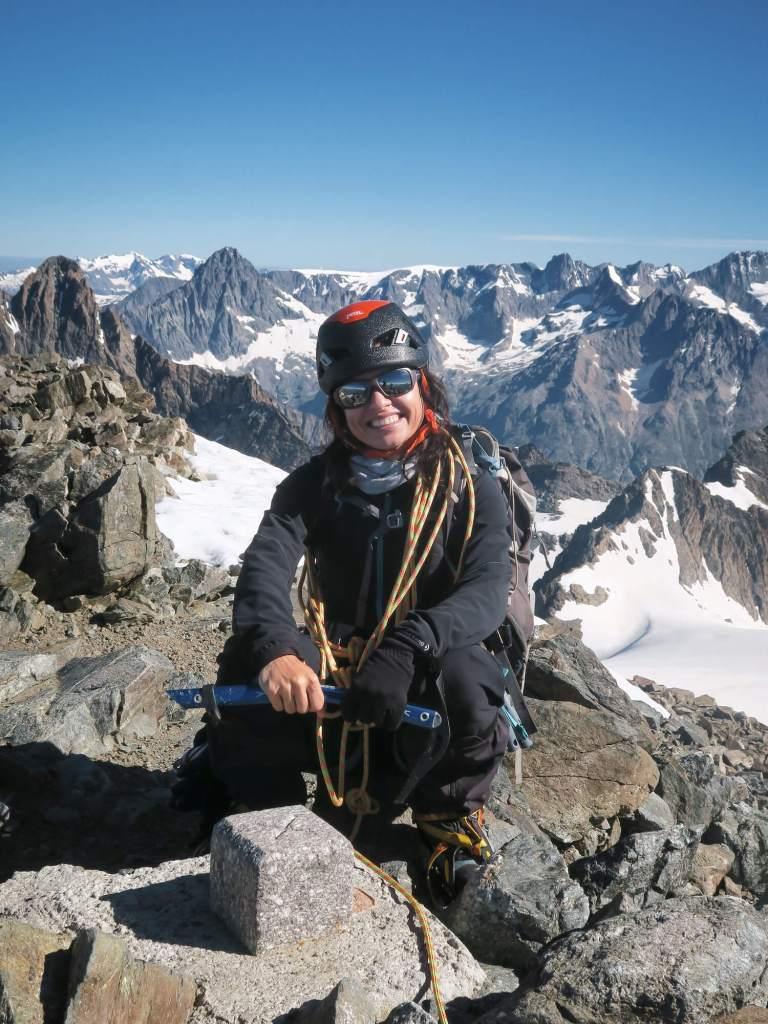 Quand le renoncement n'a pas marché : on arrive au sommet ! Ici avec mon casque et piolet au sommet des Rouies, Hautes-Alpes