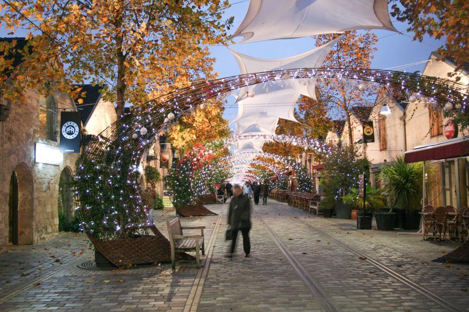 Bercy Village, la cour Saint-Émilion avec ses décorations de Noël