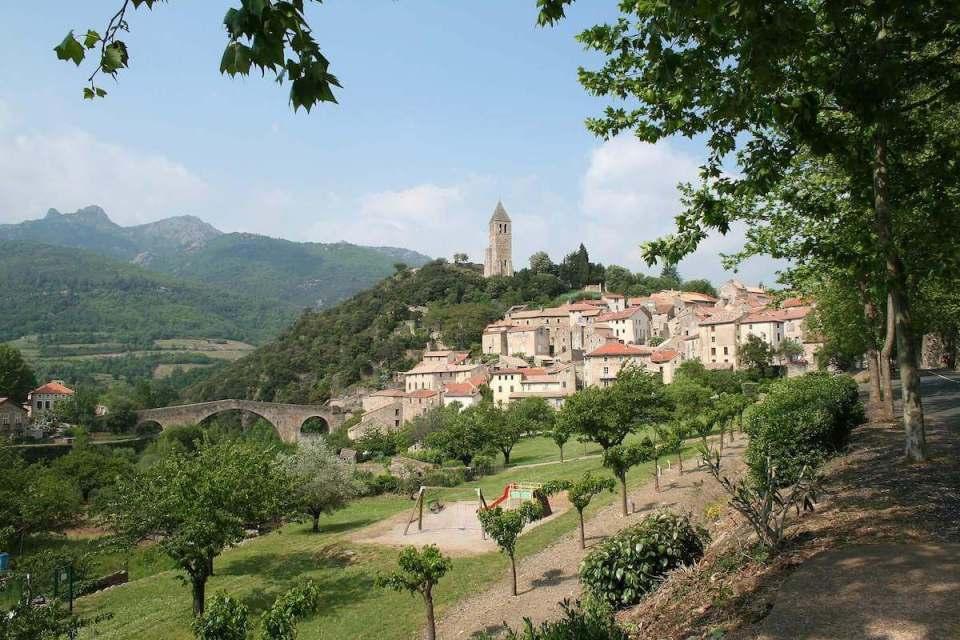 Le village d'Olargues en Haut-Languedoc, classé parmi les plus beaux villages de France