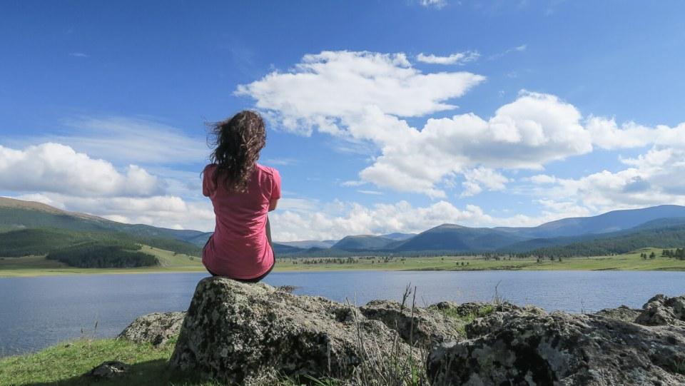 Moi devant un lac en Mongolie