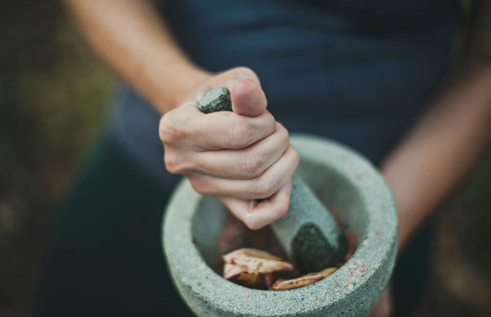 Poudre de plantes ayurvédiques fabriquée au mortier et pouvant entrer dans la composition d'un shampoing sec maison.
