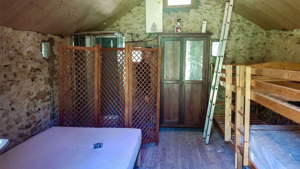 La pièce du haut du mazet avec ses lits et sa douche