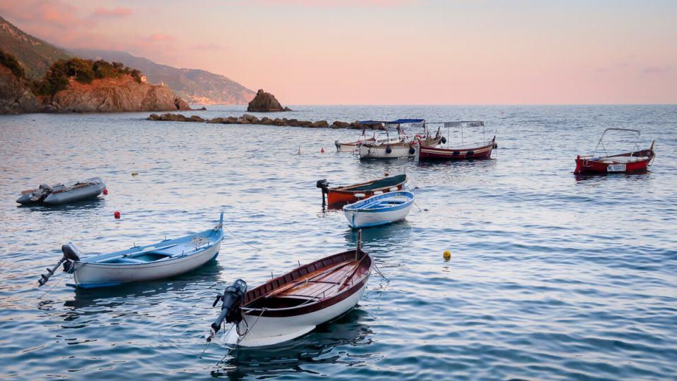 Barques sur l'eau au coucher du soleil, Monterosso, Cinque Terre