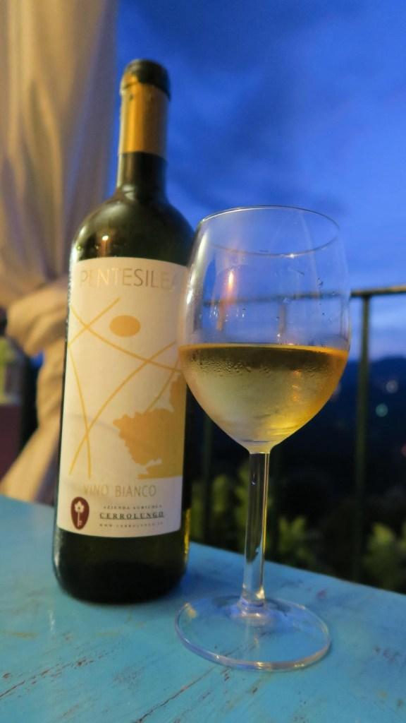 Verre de vin blanc et bouteille du domaine de Cerrolungo, Cinque Terre
