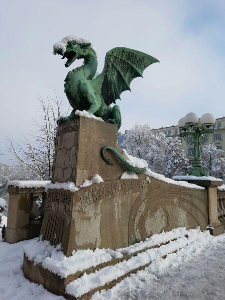 Dragon sculptures guarding Dragon bridge