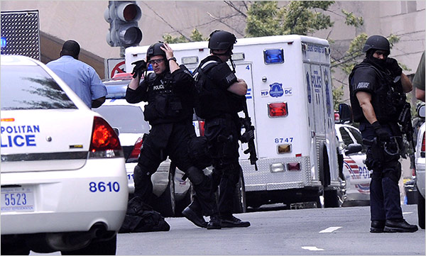 Police in body armor outside US Holocaust Museum [Shawn Thew/European Pressphoto]