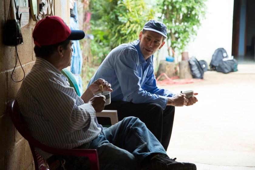 Philippe Bourgois y Luis Rivas conversan en Santa Marta. (Foto: Alex Montalvo.)