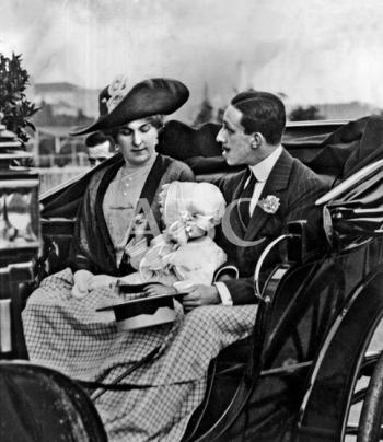 1912, EN EL HIPÓDROMO DE LA CASTELLANA. SS.MM. CON LA INFANTITA BEATRIZ AL LLEGAR AYER AL HIPÓDROMO PARA PRESENCIAR LAS CARRERAS DE CABALLOS