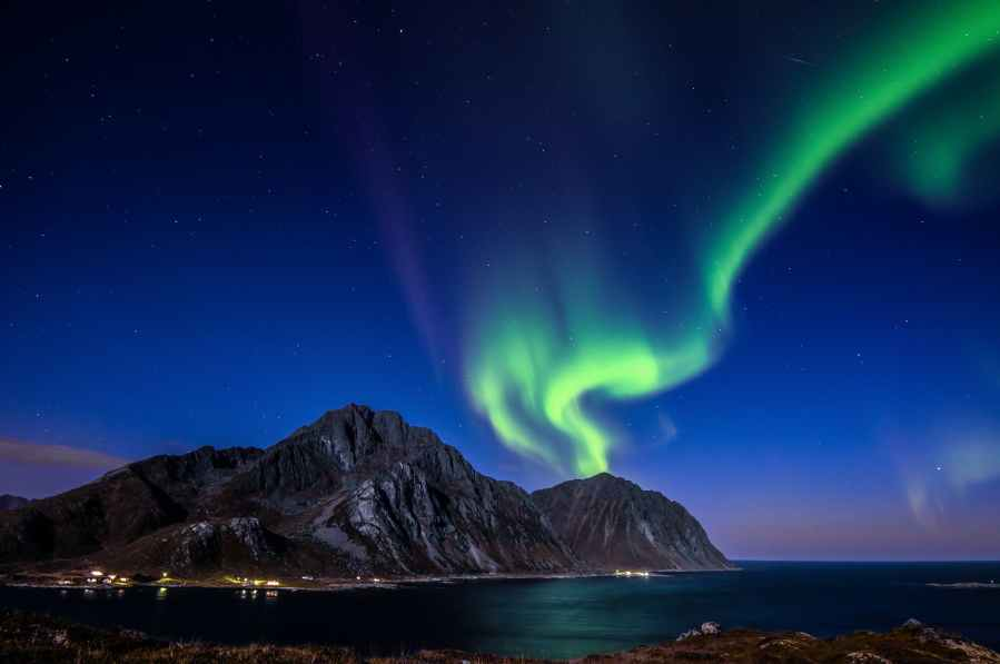 blue and green aurora lights