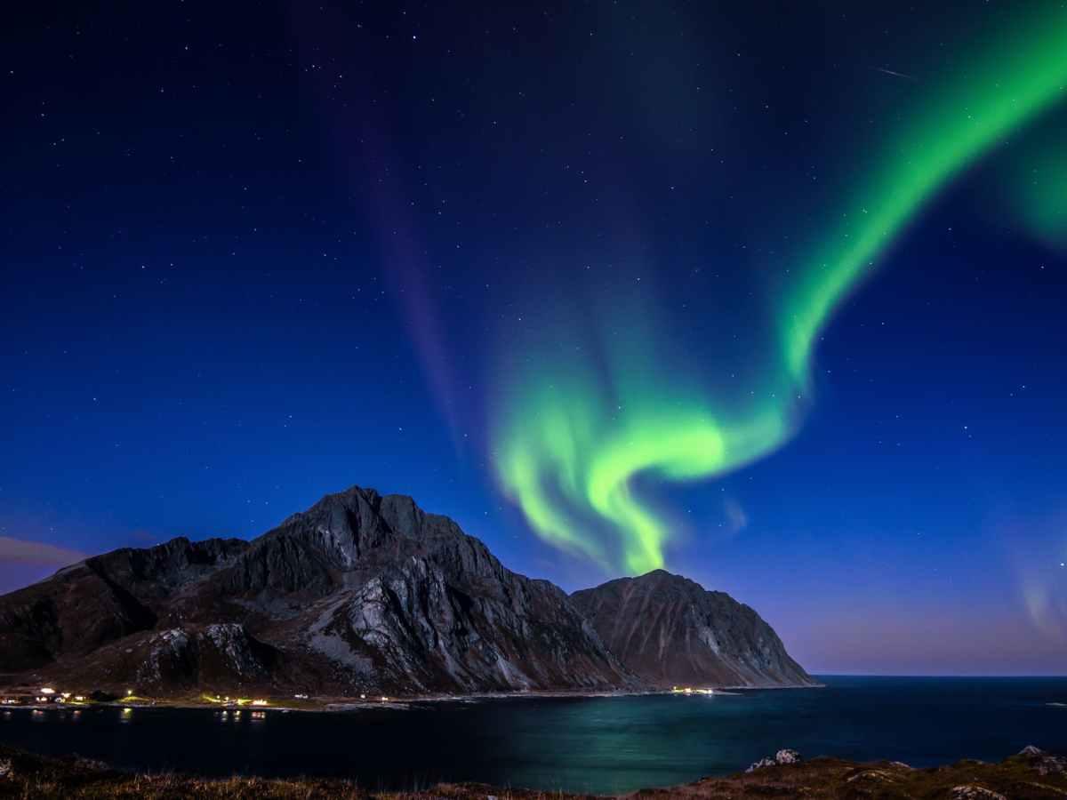 blue and green aurora lights