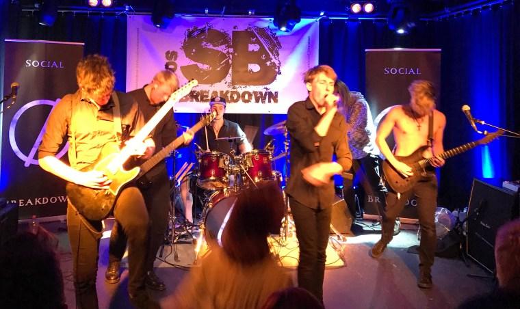 """Die Band """"Social Breakdown"""" auf der Bühne."""