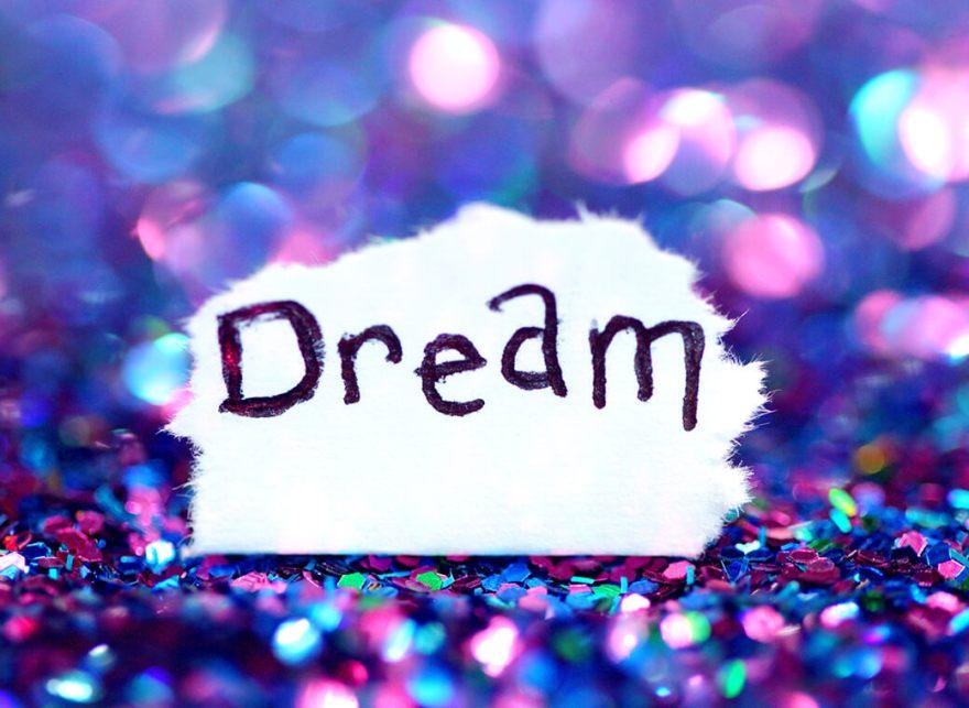 キラキラした中にある紙に「Dream」と書いてある