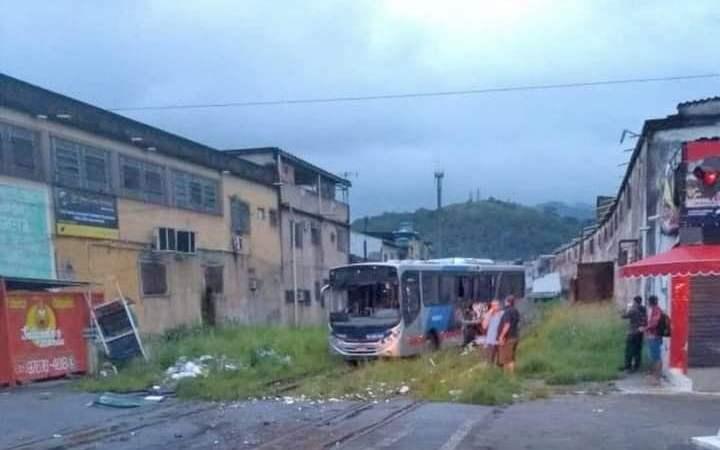 RJ: Trem colide com ônibus da Transporte Machado e deixa três feridos na Baixada Fluminense