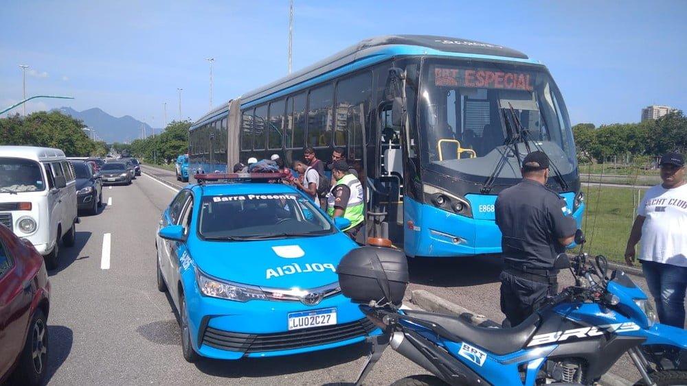 RJ: Passageiro assume direção de ônibus do BRT e é preso por policiais na Barra da Tijuca