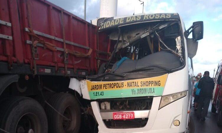 Acidente entre alternativo e caminhão deixa feridos na Grande Natal