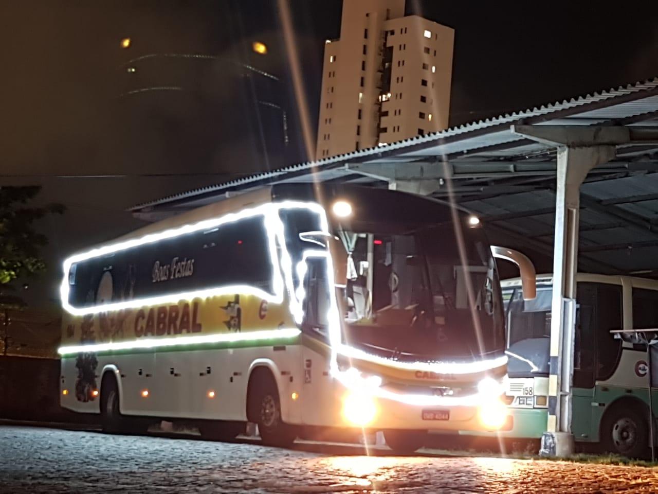 Cabral com ônibus enfeitados para o período natalino