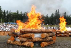 祈願書を納めた聖火壇の上で燃え盛る炎