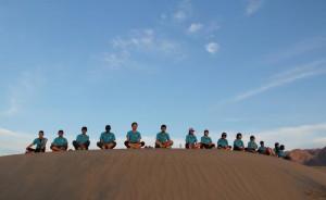 デスバレー国立公園の砂漠で瞑想