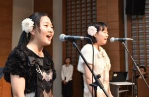 心情的に歌を披露した祝福二世の高校生