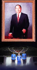 文鮮明天地人真の父母天宙聖和8周年記念式にて文鮮明師の写真の前に登場される韓鶴子総裁とお孫様|世界平和統一家庭連合News Online