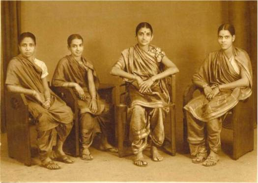 Early-Indian-Women-Wearing-Saree