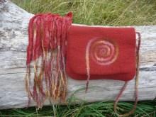 Tasche und Schal rot