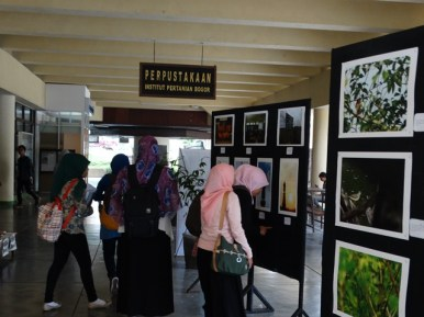 Pameran foto hasil EBN 1 di kampus IPB Dramaga
