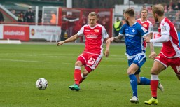 Felix Kroos passes it on
