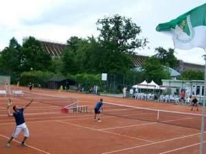 Das Finale der Heren (Bild oben) entschieden Maik Rienau und Christian Erxleben (Bild rechts) vom TC Blau-Weiß Schönebeck klar für sich. Foto: privat