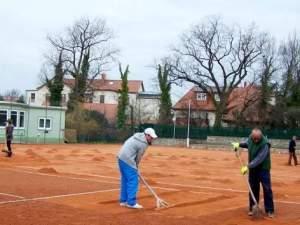 Die Tennisspieler des Schönebecker SC bereiteten die Anlage im Kurpark auf die Sommersaison vor. Foto: privat