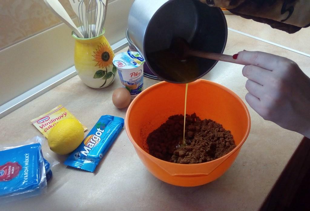 K čokoláde a sušienkam pridáme roztopené maslo (Foto: Lenka Novotná)