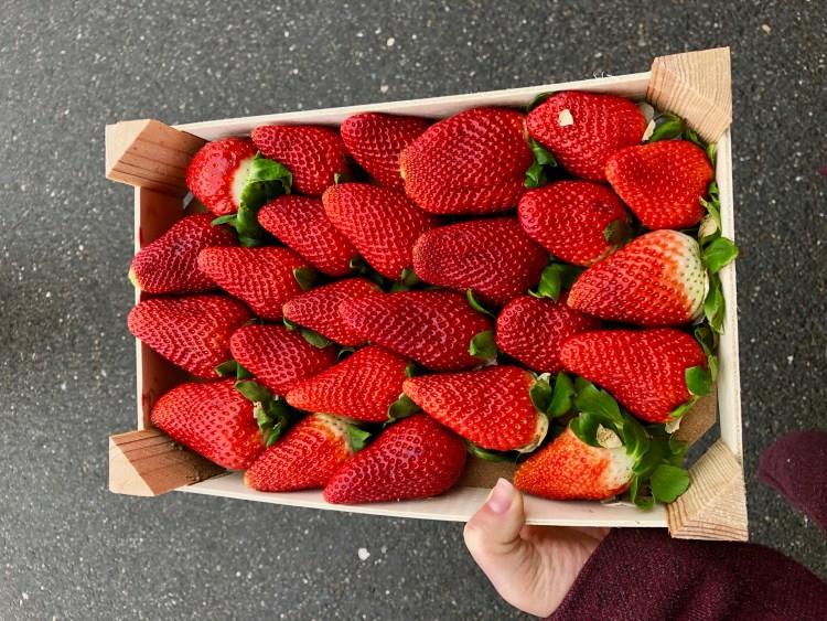 Erdbeeren in einem Kistchen.