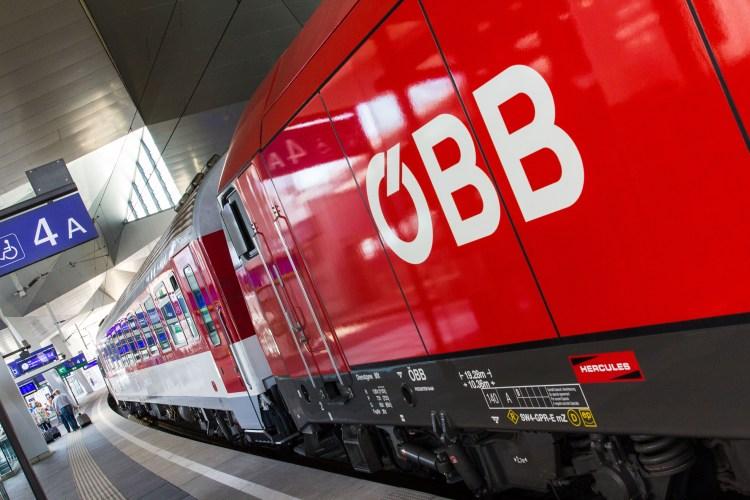 Zug der ÖBB mit Logo