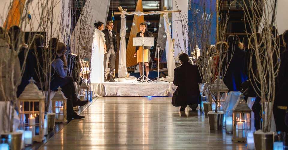 Décoration pour une cérémonie laïque de mariage en intérieur