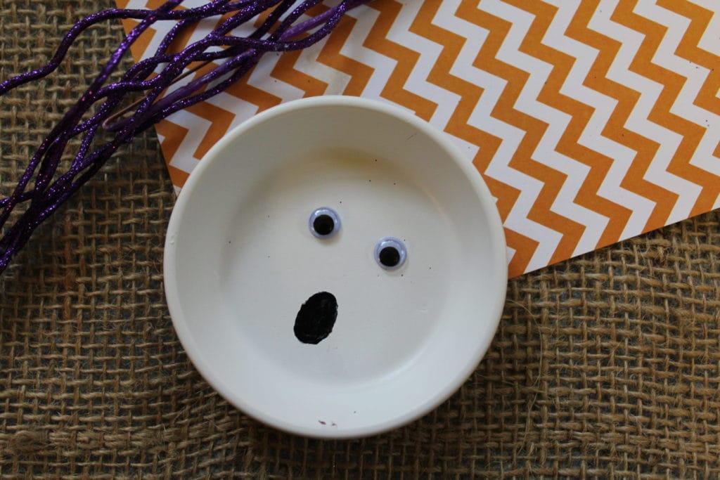 DIY Ghost Plate | Halloween Decoration | Easy Halloween Decor | Easy Halloween Craft | Ghost Craft For Adults | Ghost Craft For Kids | Simple Halloween Project | Halloween Art | #halloween #unique #ghost #halloweencraft #halloweenart