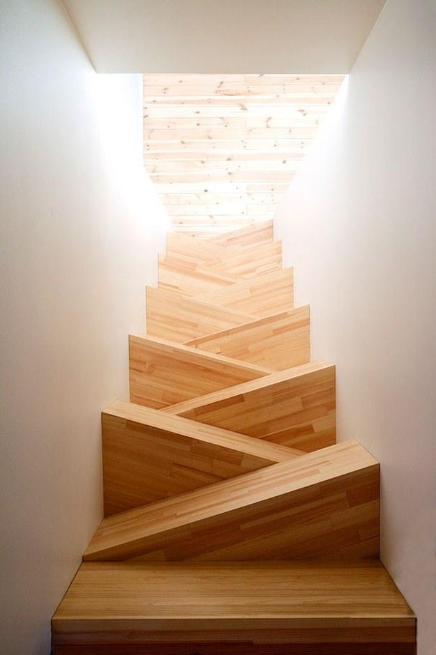 昇り降りが辛い階段