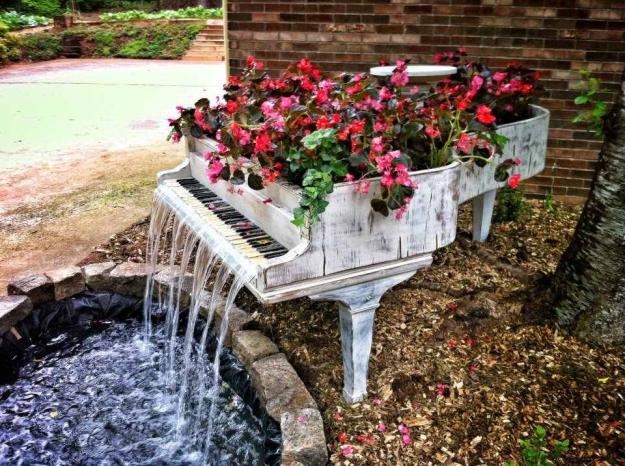 古いピアノを再利用した噴水