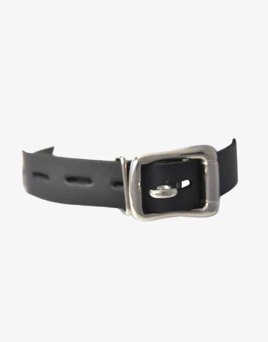 Det bløde læder-halsbånd er udstyret med en låsbar spænde, hvor du kan påsætte din yndlingshængelås.