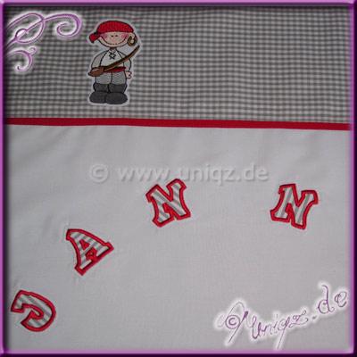 Babybettwäsche mit knuffigem Piratenmotiv, der Name des Kindes wurde in Einzelbuchstaben appliziert.