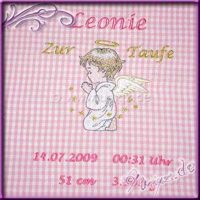 Schutzengel-Kissen mit Geburtsdaten udn Namen bestickt.