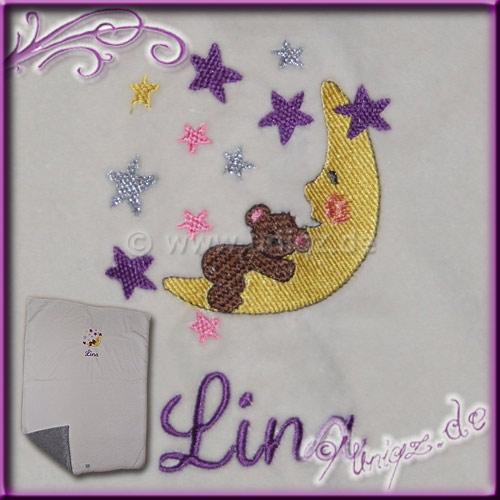 Babydecke aus Nickimaterial, gedoppelt und liebevoll bestickt mit Mondbärchen und Namen.