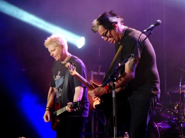 Dexter Holland (chant et guitare), Noodles (guitare et backing vocals) et le reste de la troupe ont ravi leur public lors du festival Garorock. (photo : Léa Fox)
