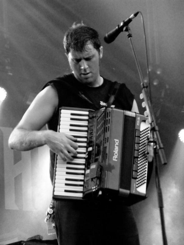 Tim Brennan (guitare, accordéon, mandoline…) et les Dropkick Murphys offrent un show mémorable. (photo : Léa Fox)